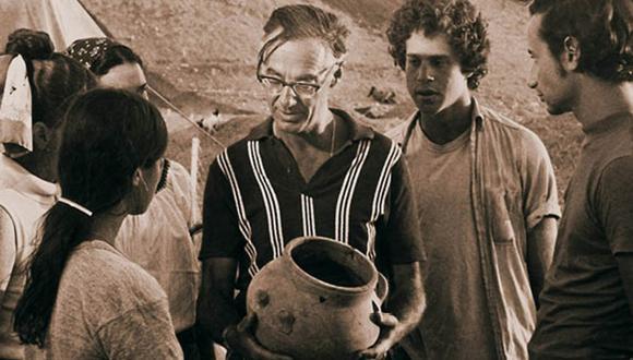 Late Prof. Yohanan Aharoni with his students at Tel Arad